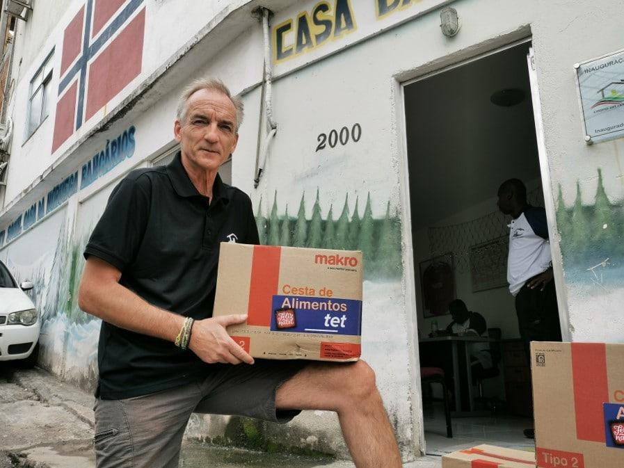 Snorre Holand poserer med en eske med mat på gaten i Rio