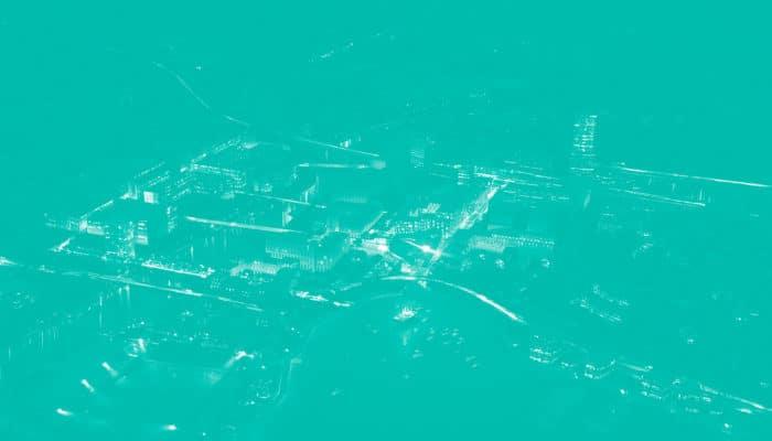 Oversiktsbilde over norsk by etter mørkets frembrudd