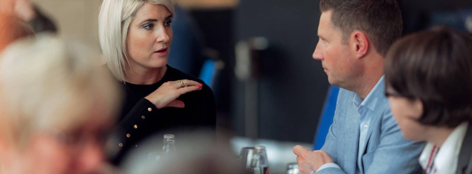 Kvinne og mann snakker i kantine