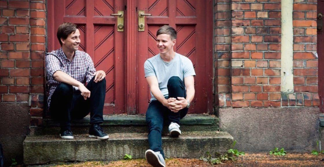 To unge menn sitter på en trapp utendørs